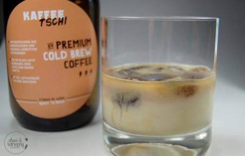 kaffeetschi-eiswucc88rfel-im-glas-mit-milchchl