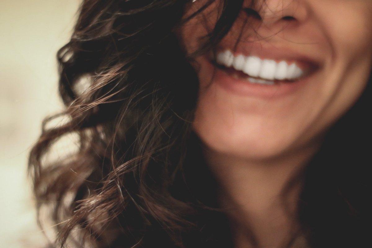 Natürliches Home-Bleaching und 5 Lebensmittel, die deine Zähne weißer machen